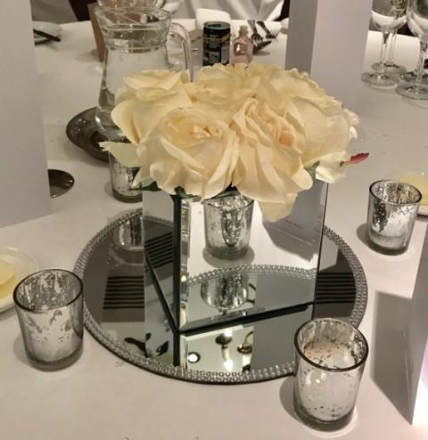 Mirror cube with nine cream roses